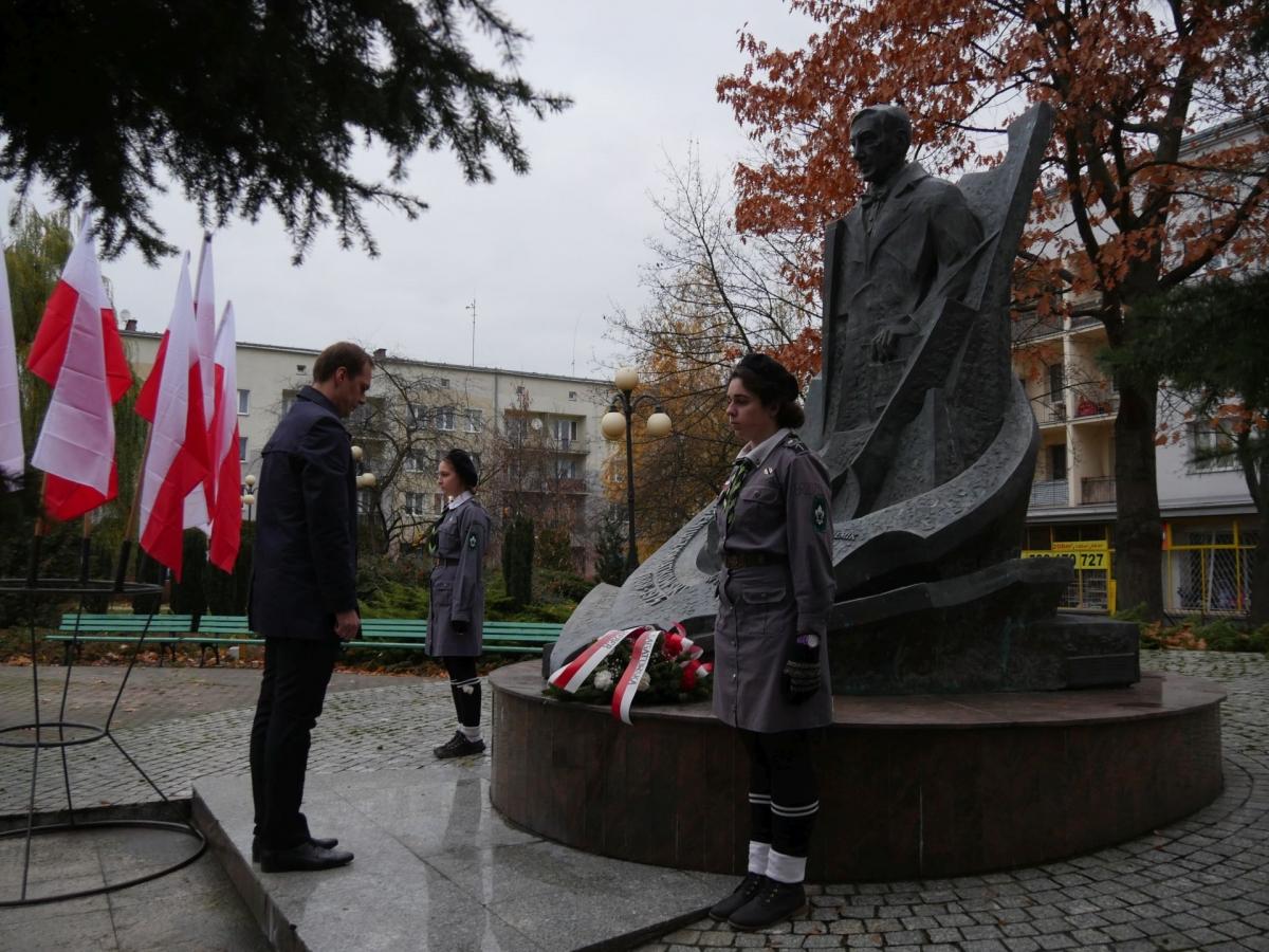 Pamięci Eugeniusza Kwiatkowskiego wicepremiera, ministra przemysłu i handlu, ministra skarbu.